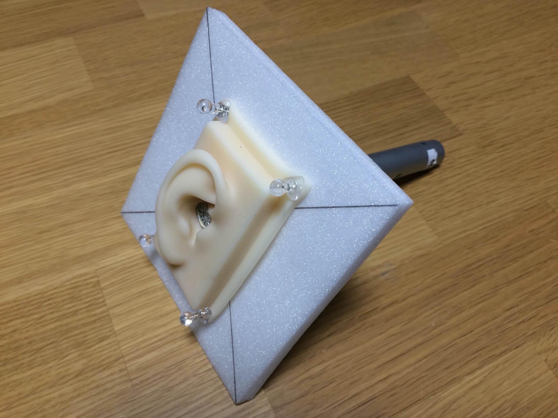 測定用の耳型とマイクを板に取り付けた様子